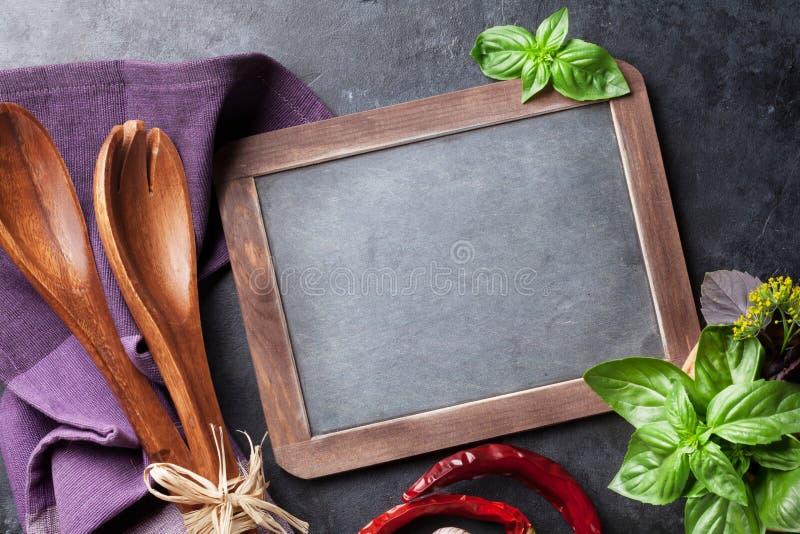 Tableau noir pour vos herbes des textes et de jardin photo libre de droits