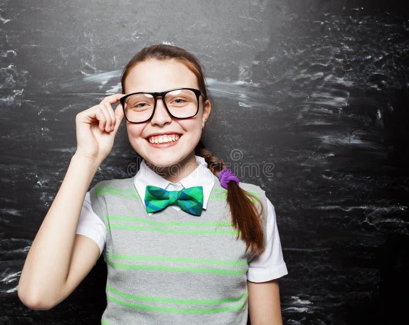 Tableau noir proche de l'adolescence de fille images stock