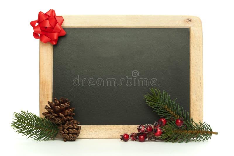 Tableau noir vide avec la décoration de Noël d'isolement sur le fond blanc photographie stock libre de droits