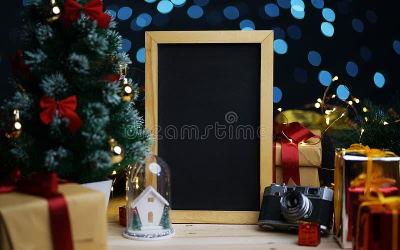 Tableau noir vide de portrait entre la décoration de Noël Pièce pour photo libre de droits