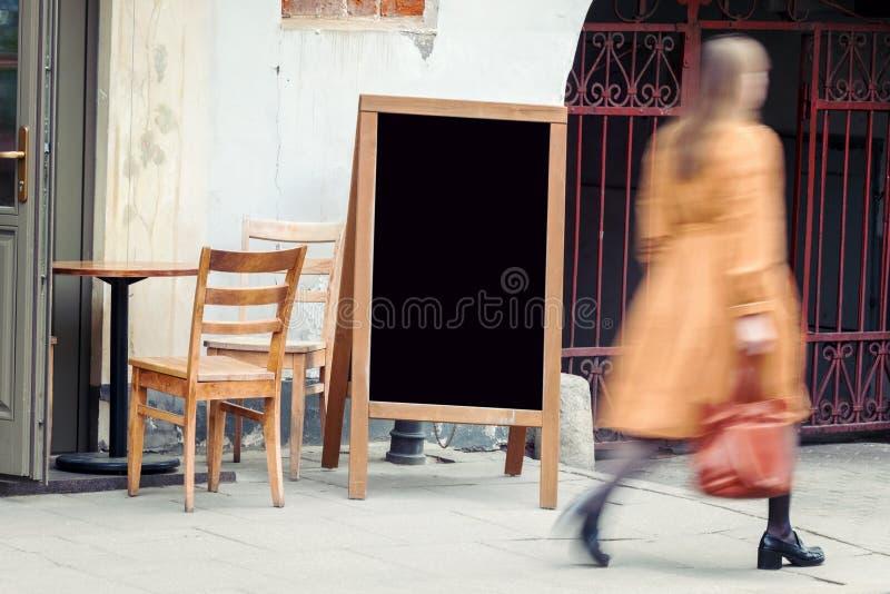 Tableau noir vide de restaurant avec pedestian image stock
