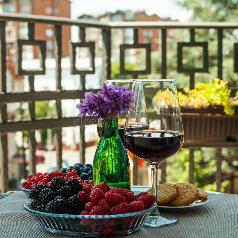 Tableau pour deux au balcon serbe avec la vue de ville photos stock