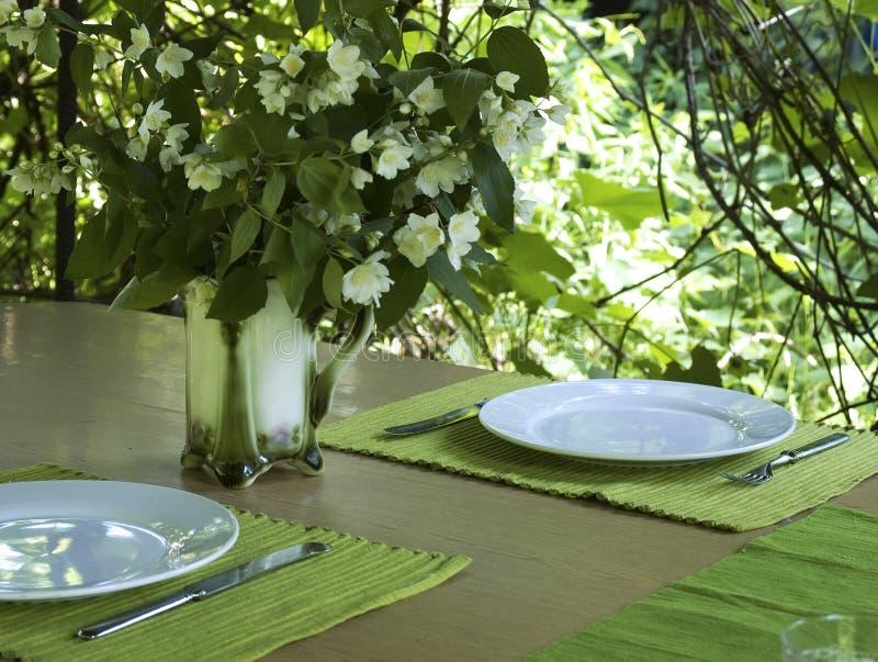 Tableau pour deux en jardin d'été images stock