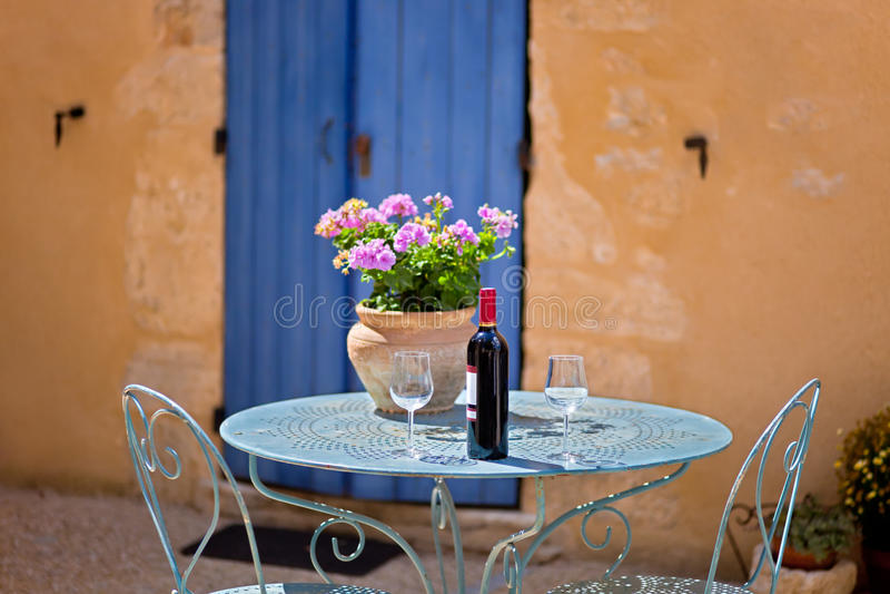 Tableau pour l'ensemble deux avec le vin rouge. La Provence, France. images libres de droits