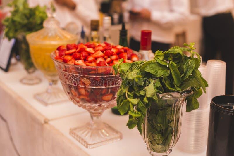 Tableau préparé avec le fruit pour les boissons spéciales dans l'événement photo libre de droits