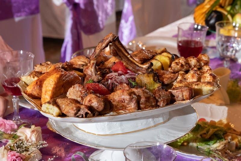 Tableau servi avec les repas savoureux images stock