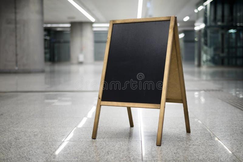 Tableau sur le fond d'entreprise tourné gauche horizontalement photographie stock libre de droits