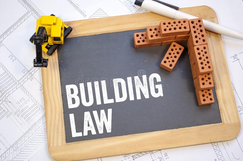 Tableau sur un plan de construction avec le paragraphe et la loi de bâtiment photos libres de droits