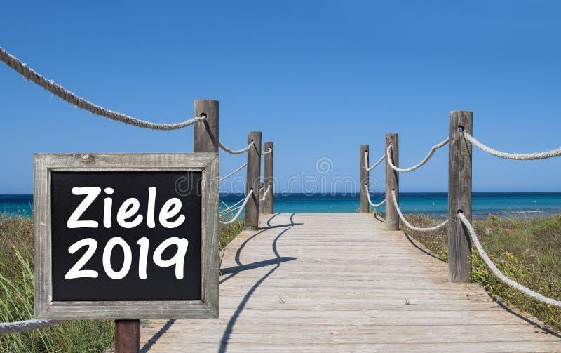 Tableau sur un pont en bois avec le mot allemand pour les buts 2019 - Ziele 2019 images stock