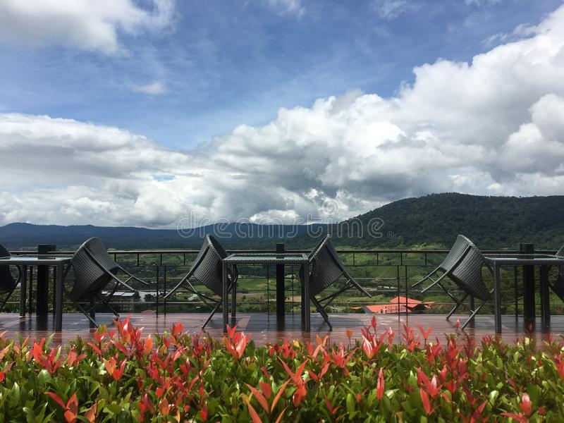 Tableaux et chaises avec le fond de montagne et de nuages photo stock