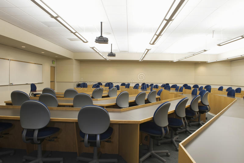 Tableaux et chaises dans la chambre de séminaire images stock