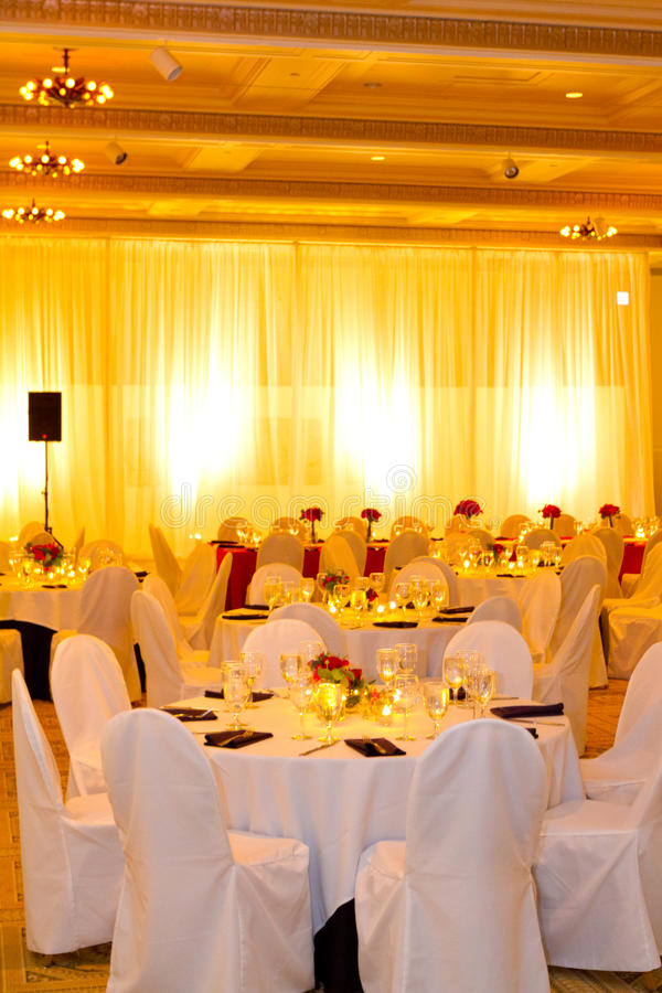 Tableaux et chaises de réception de mariage photos libres de droits