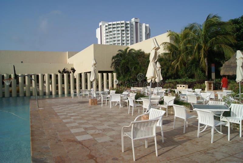 Tableaux et chaises sur le côté d'une piscine photos libres de droits