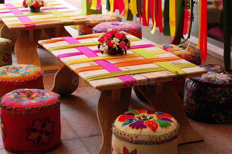 Tableaux et tabourets, style indien image stock
