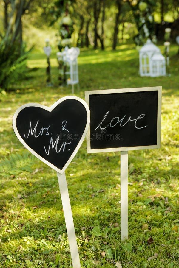 Tableaux noirs de mariage dans le jardin image stock