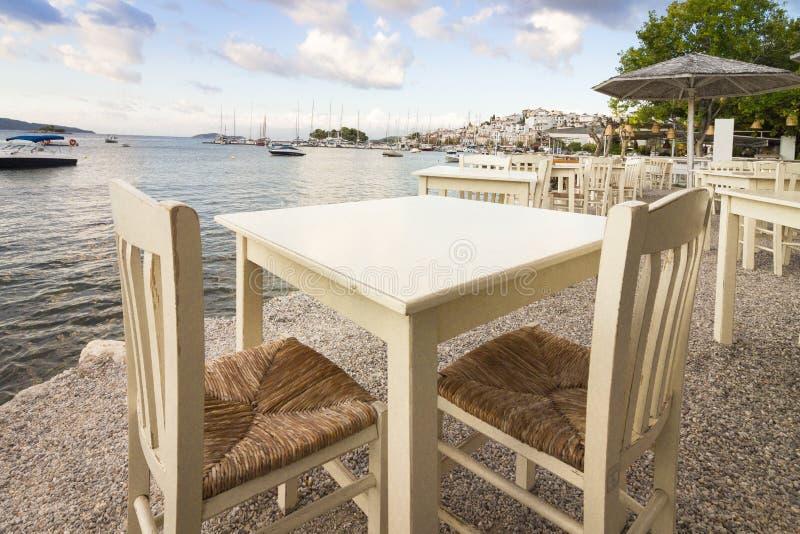 Tableaux vides dans un restaurant à la mer photos stock