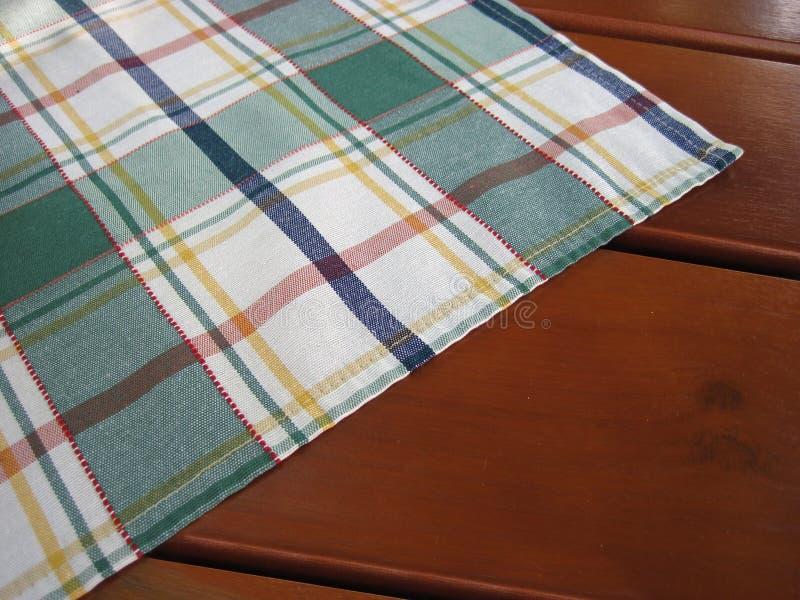 Tablecloth Checkered na tabela de madeira imagens de stock royalty free