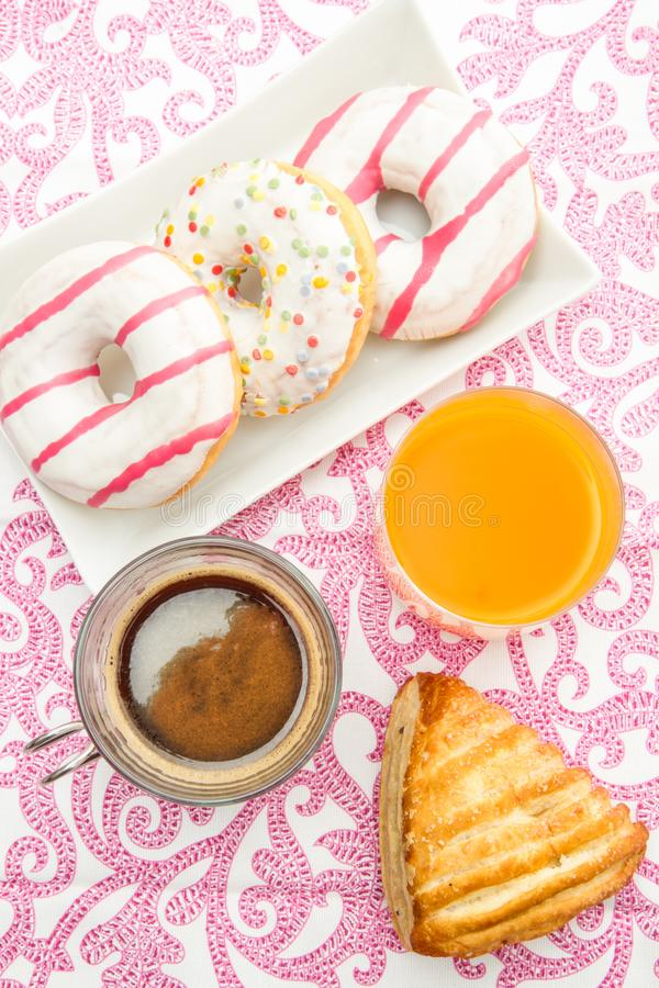 Tablee com anéis de espuma e café da manhã do bolo frito fotos de stock