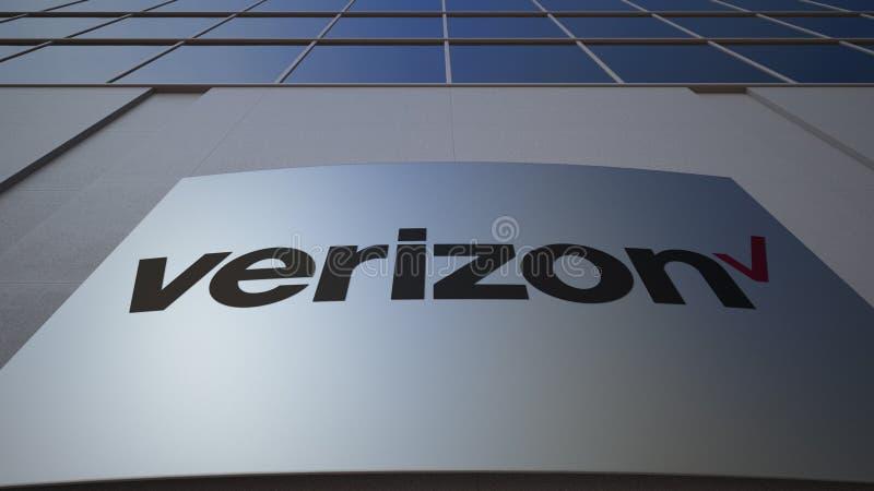 Tablero al aire libre de la señalización con el logotipo de Verizon Communications Edificio de oficinas moderno Representación ed imagenes de archivo