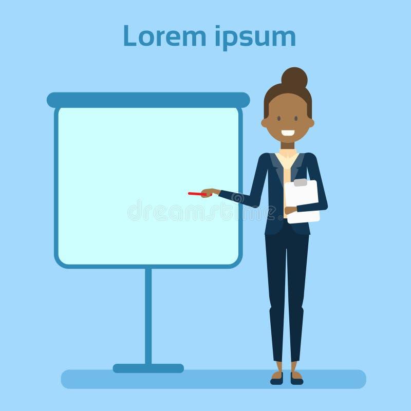 Tablero blanco de Pointing To Empty de la empresaria afroamericana, mostrando un espacio de la copia, presentación de la mujer de libre illustration