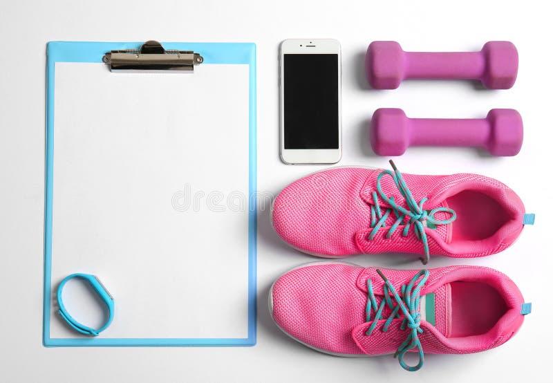Tablero con el papel en blanco para el plan del ejercicio, imagenes de archivo