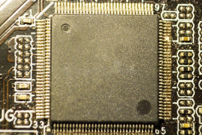Tablero con los microprocesadores por los componentes eléctricos fotografía de archivo