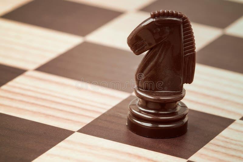 Tablero de ajedrez con el caballo marrón imagen de archivo