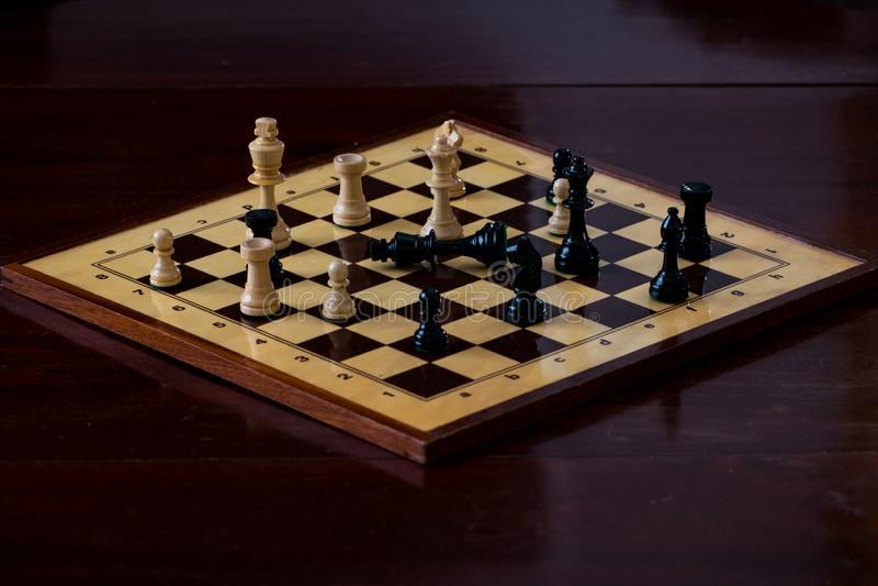 Tablero de ajedrez con el compañero del control imagen de archivo libre de regalías