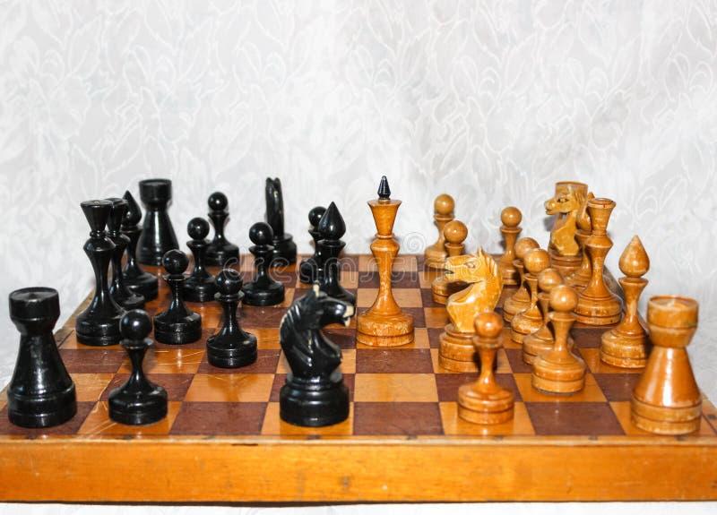 Tablero de ajedrez con las figuras de madera foto de archivo