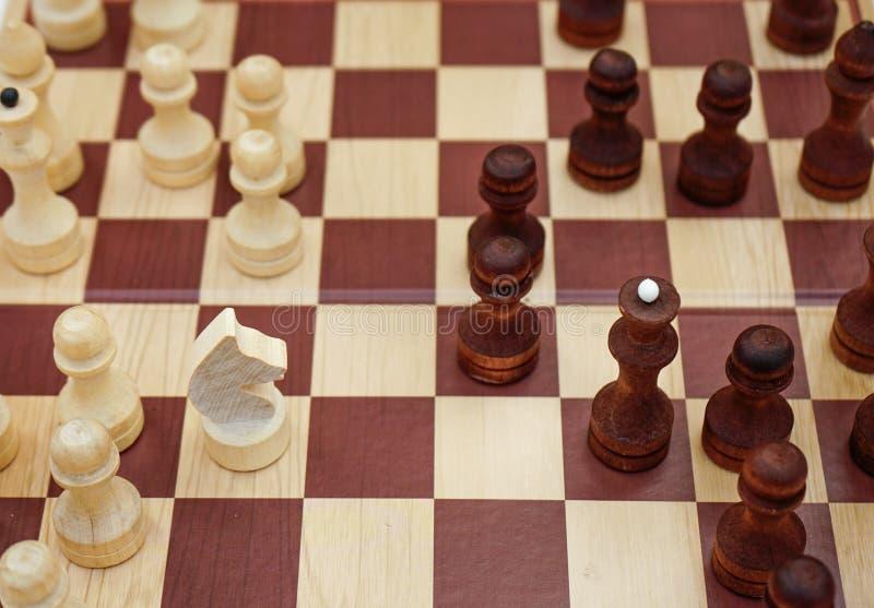 Tablero de ajedrez con las figuras puestas en él imagenes de archivo