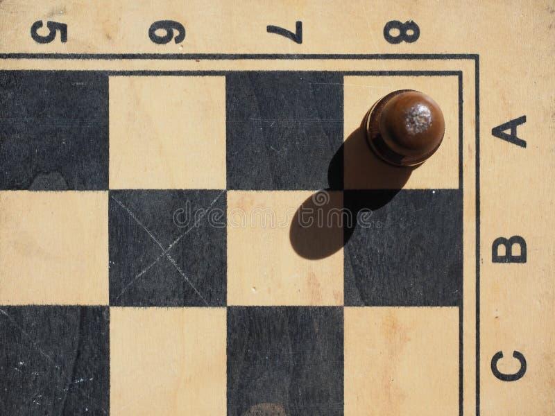 Tablero de ajedrez con un empeño un negro foto de archivo libre de regalías