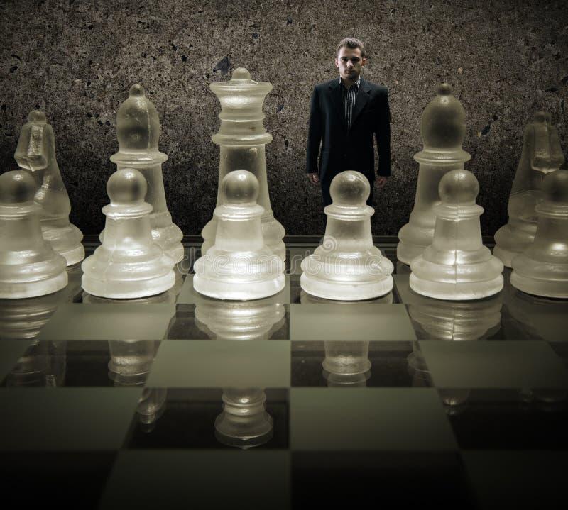 Tablero de ajedrez de cristal - somos las marionetas, hombre de negocios del rey en el tablero de ajedrez fotografía de archivo libre de regalías