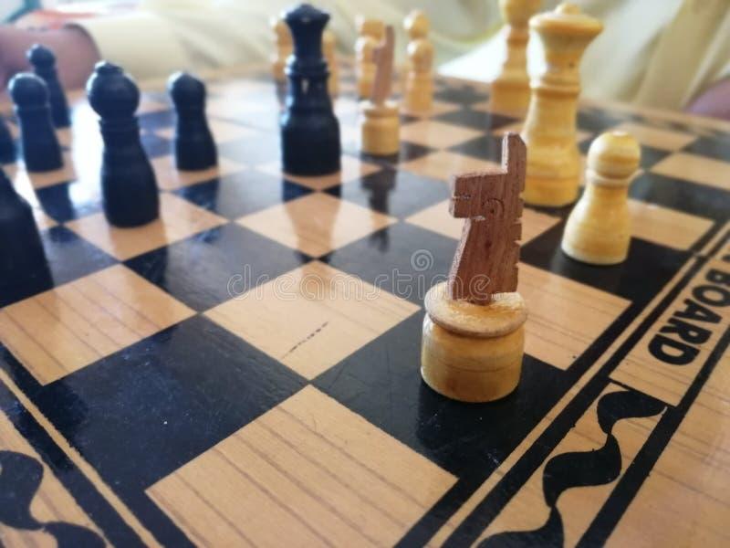 Tablero de ajedrez de madera con el NEGRO blanco Y COLOR DE MADERA fotografía de archivo libre de regalías