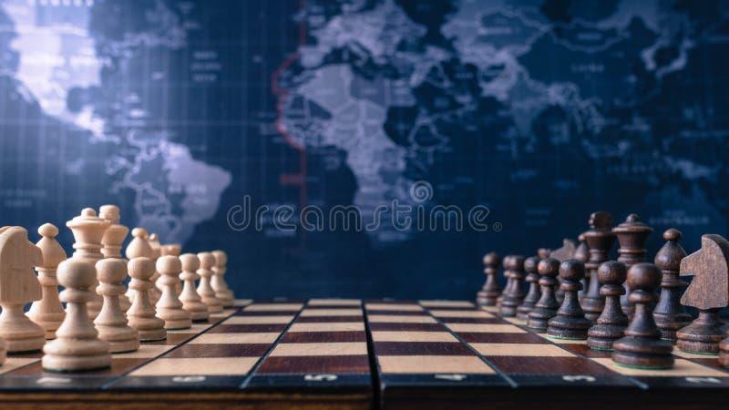 Tablero de ajedrez de madera con los pedazos de madera fotografía de archivo libre de regalías