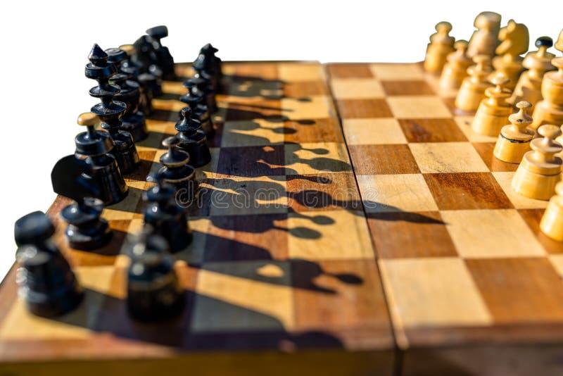 Tablero de ajedrez viejo con el ajedrez y la sombra, aislados en un fondo blanco imagen de archivo libre de regalías
