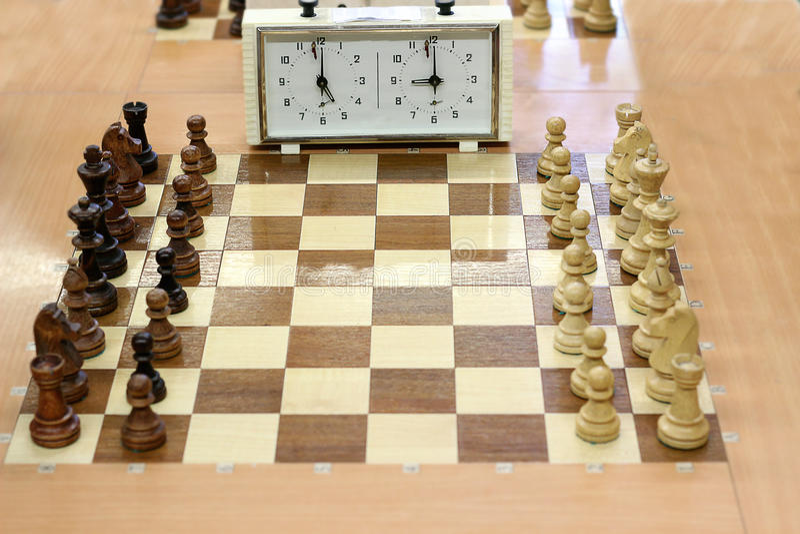 Tablero de ajedrez y reloj del ajedrez fotos de archivo