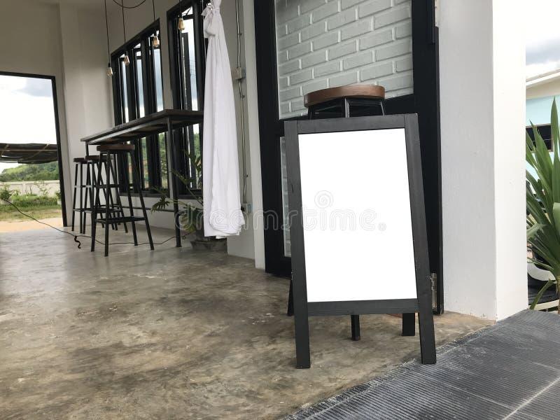 Tablero de bocadillo de madera en blanco que coloca el café al aire libre chalkboar vacío fotografía de archivo