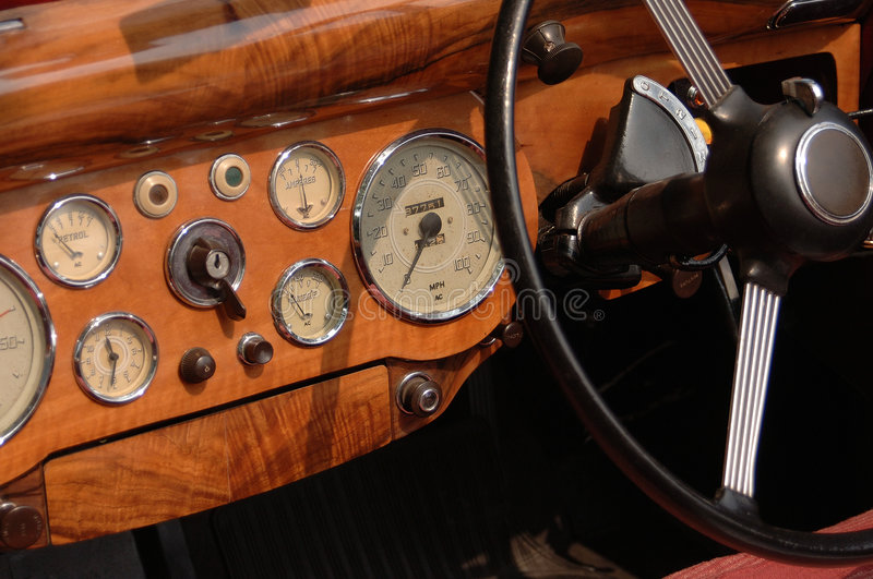 Tablero de instrumentos clásico del coche foto de archivo