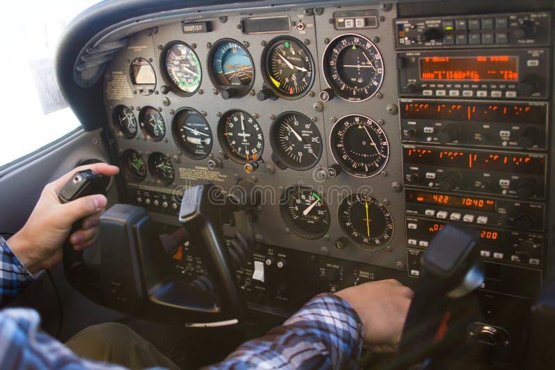 Tablero de instrumentos del vuelo del aeroplano de la carlinga de Cessna 172 con el piloto fotos de archivo libres de regalías