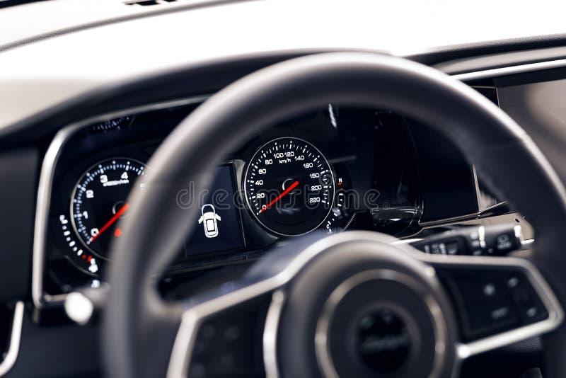 Tablero de instrumentos hermoso que brilla intensamente de un coche costoso moderno El interior del coche Se empa?a el primero pl fotos de archivo libres de regalías