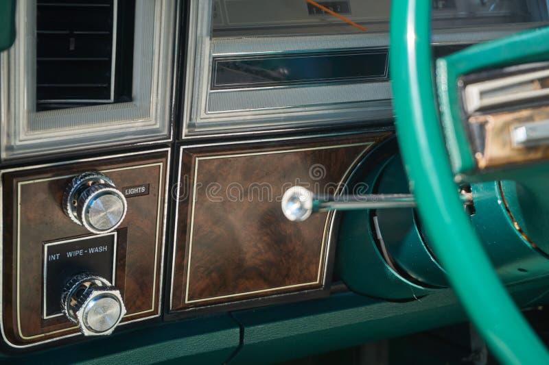 Tablero de instrumentos y columna de dirección de un vehículo viejo foto de archivo libre de regalías