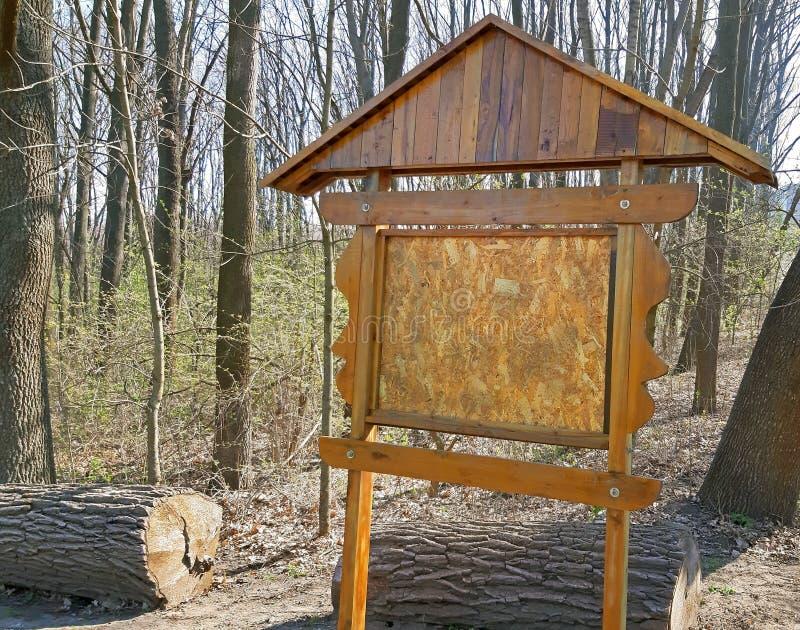 Tablero de la información en la entrada al bosque imagenes de archivo