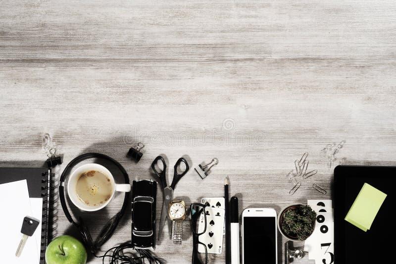 Tablero de la mesa del negocio del encargado con los objetos de la oficina imagenes de archivo