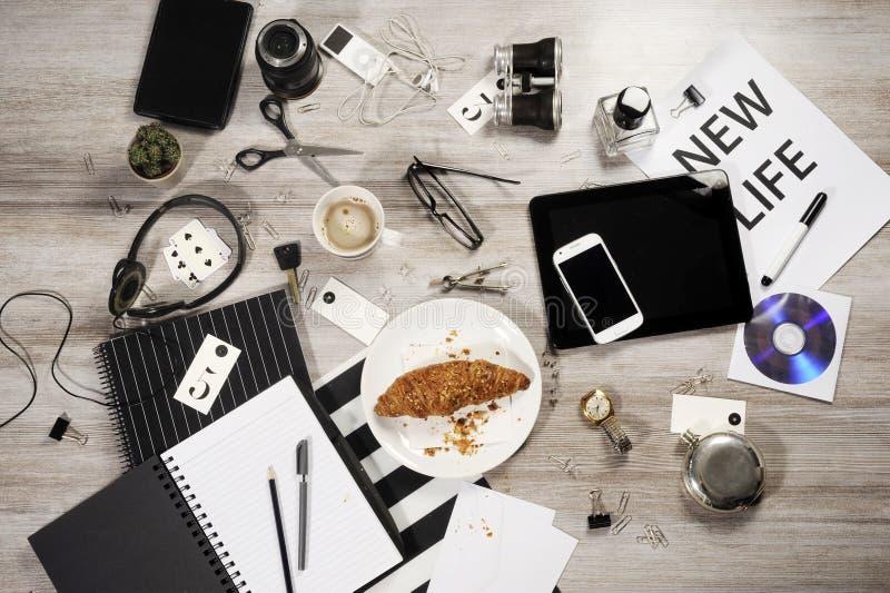 Tablero de la mesa del negocio del encargado con los objetos de la oficina fotos de archivo