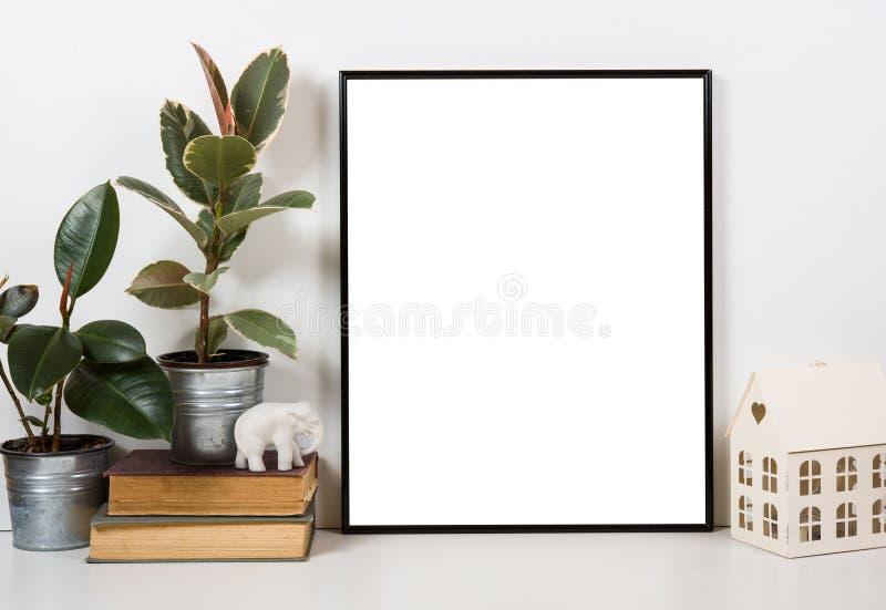 Tablero de la mesa diseñado, marco vacío, mofa de pintura del interior del cartel del arte fotografía de archivo