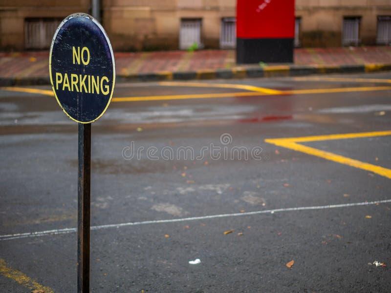 Tablero de la muestra del estacionamiento prohibido foto de archivo libre de regalías