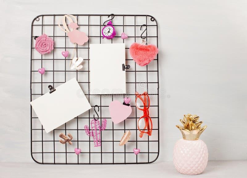 Tablero de la rejilla del alambre con los accesorios y las tarjetas de la muchacha para las citas inspiradas fotografía de archivo libre de regalías