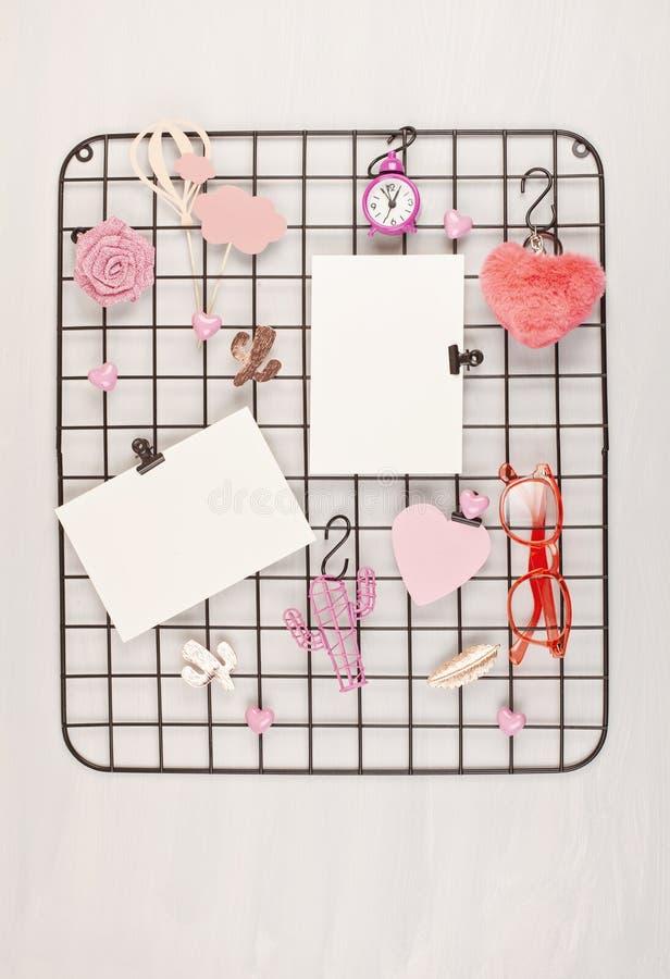 Tablero de la rejilla del alambre con la muchacha \ los 'accesorios y tarjetas de s para las citas inspiradas fotos de archivo