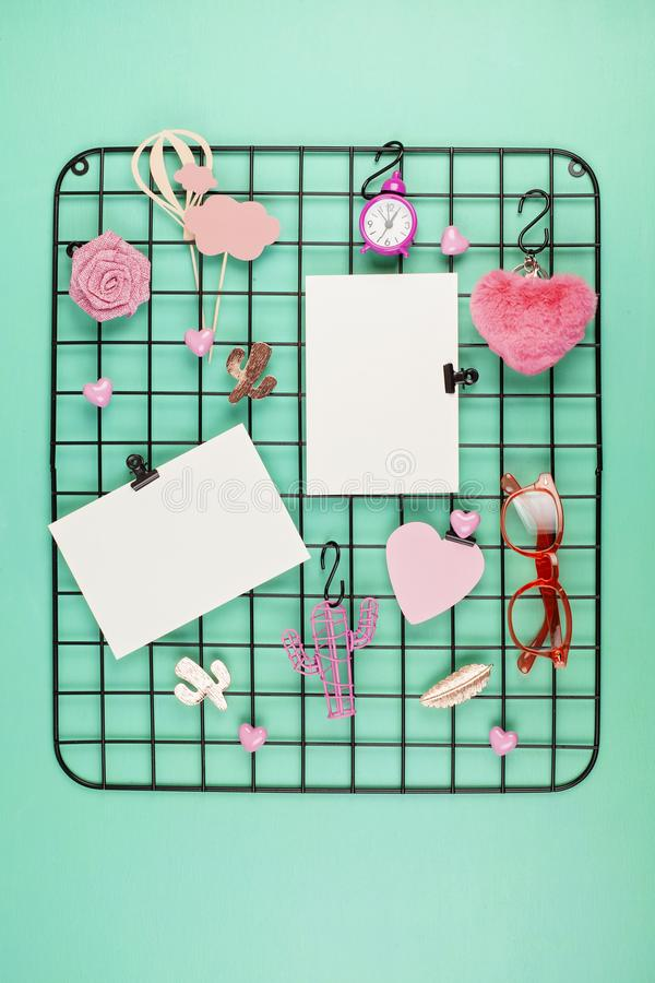 Tablero de la rejilla del alambre con la muchacha \ los 'accesorios y tarjetas de s para las citas inspiradas fotos de archivo libres de regalías