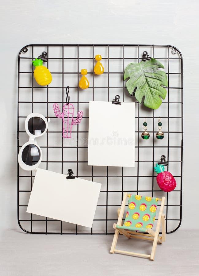 Tablero de la rejilla del alambre con la muchacha \ los 'accesorios y tarjetas de s para las citas inspiradas fotografía de archivo